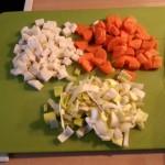 Gefüllte Paprikaschote (vegan): Suppengemüse in kleine Stückchen schneiden