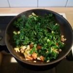 Gefüllte Paprikaschote (vegan): Suppengemüse und Grünkohl anbraten